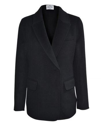 Wuth Copenhagen laver luksuriøse jakker og blazer til kvinder. 15% premium cashmere og uld fra Indre Mongoliet.