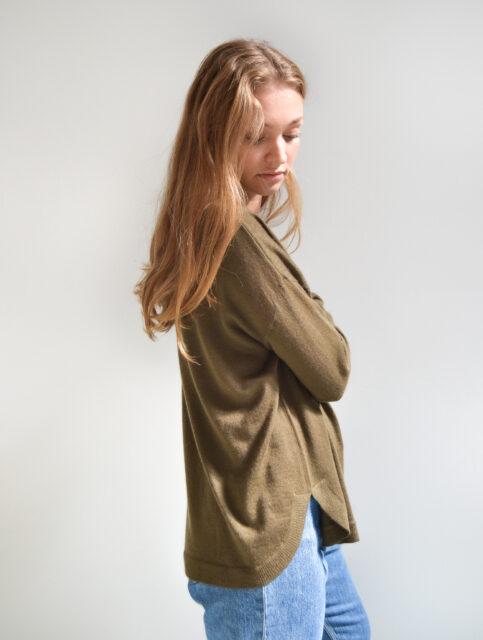 Vores model i Julie Pullover i en flot olivengrøn farve. Oversize sweater med bådudskæring.