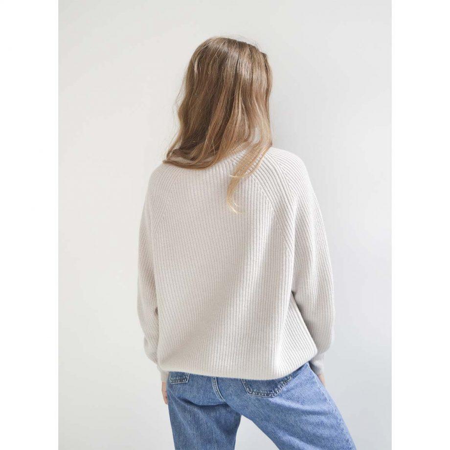 Vores oversize sweater i 100% cashmere i en flot grålig farve.
