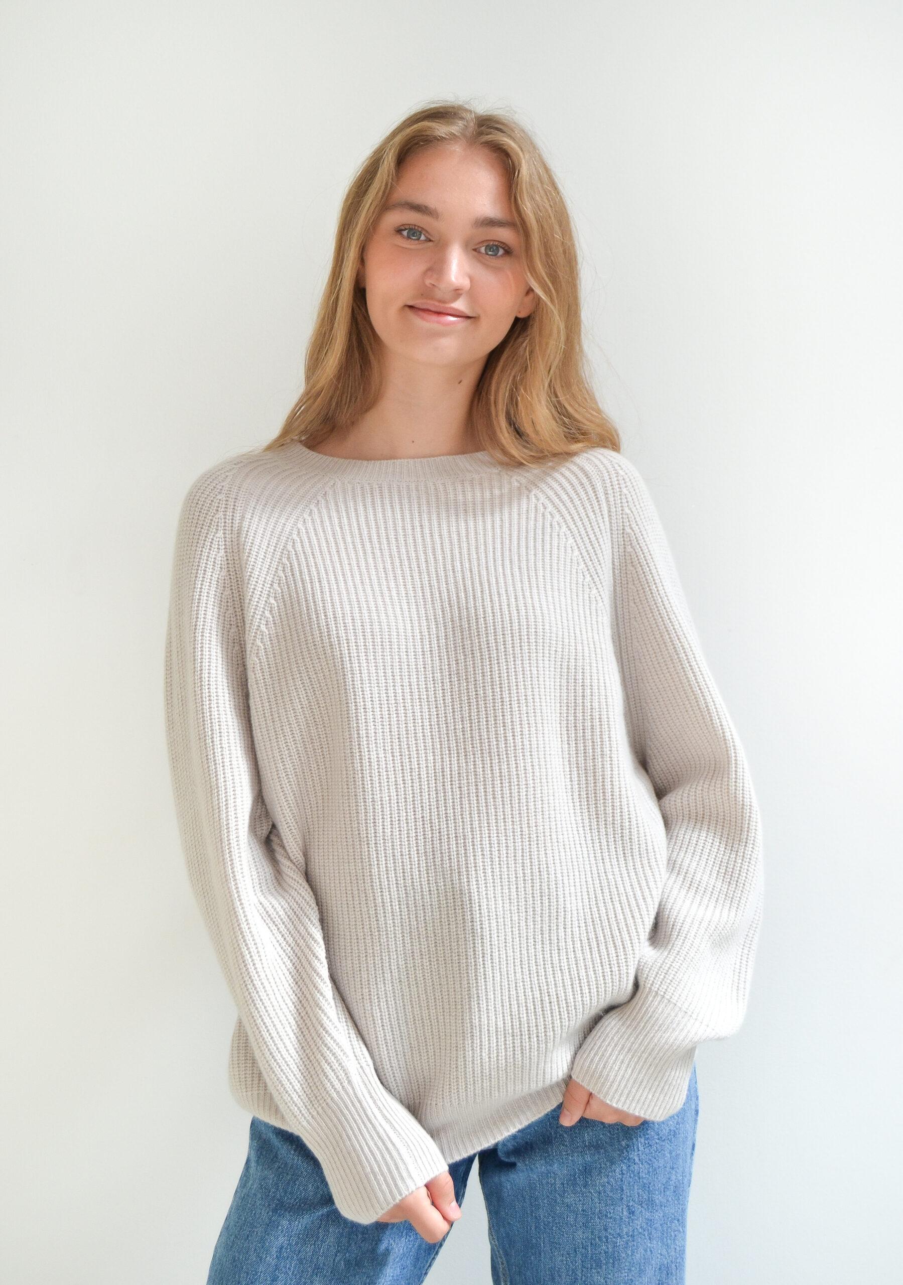 Vores oversize sweater i 100% cashmere i en flot grålig farve