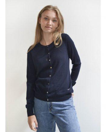 Vores light klassisk cardigan på model. Klassisk style til kvinder i 100% cashmere.