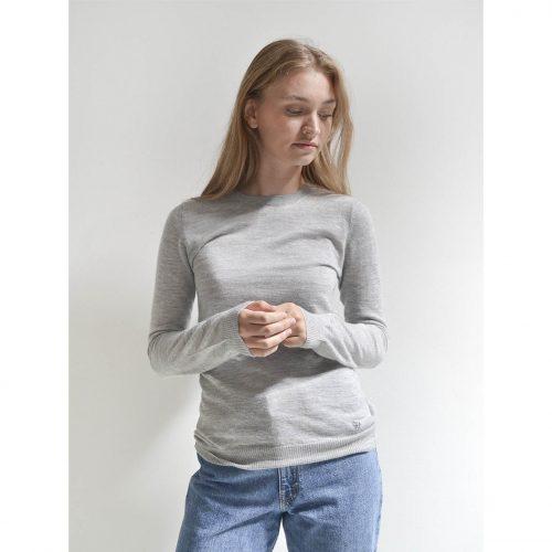 Light klassisk pullover på vores model i en lysegrå farve. 100% premium cashmere i højeste kvalitet til kvinder.