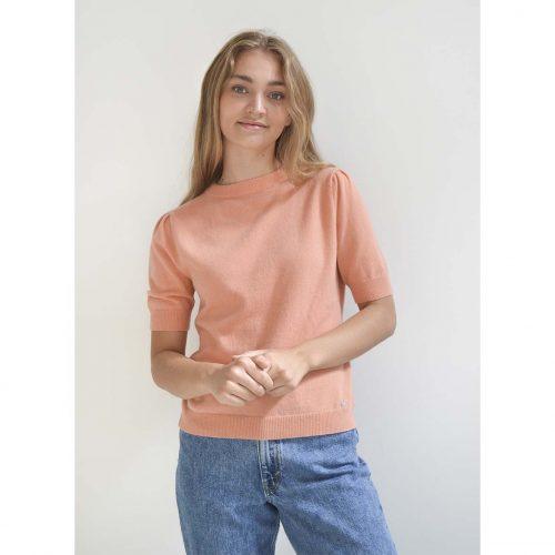 Nana T-shirt i en flot fersken farve. 100% premium cashmere t-shirt, som er perfekt til sommer.