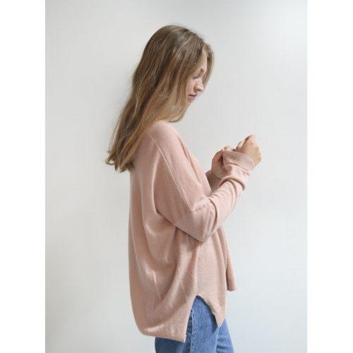 Sara Pullover i en smuk new rose farve i 100% cashmere fra Wuth Copenhagen. Sweater med V-udskæring.