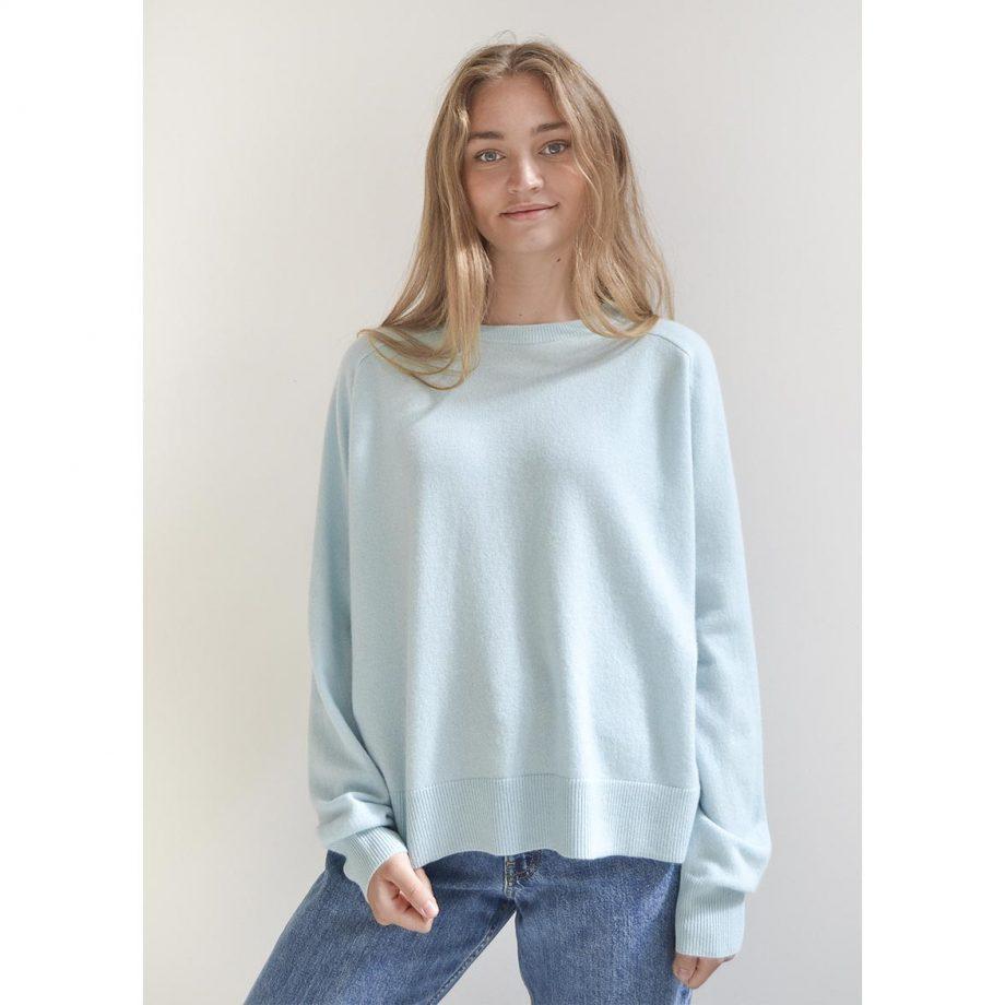 Fineste cashmere sweater i turkis. 100% oversize cashmere blue, som er perfekt til de kølige sommeraftner.