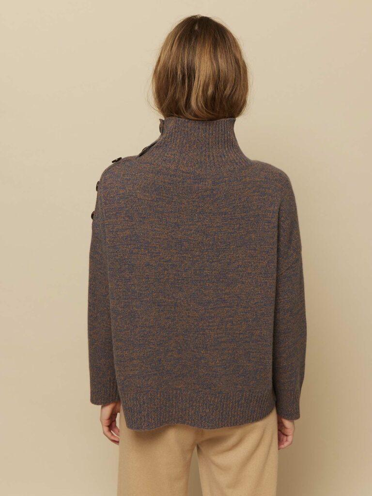 Lane Pullover bagfra fra vores nyeste AW21 kollektion. Wuth Copenhagen designer 100% premium cashmere bluser og accessories.