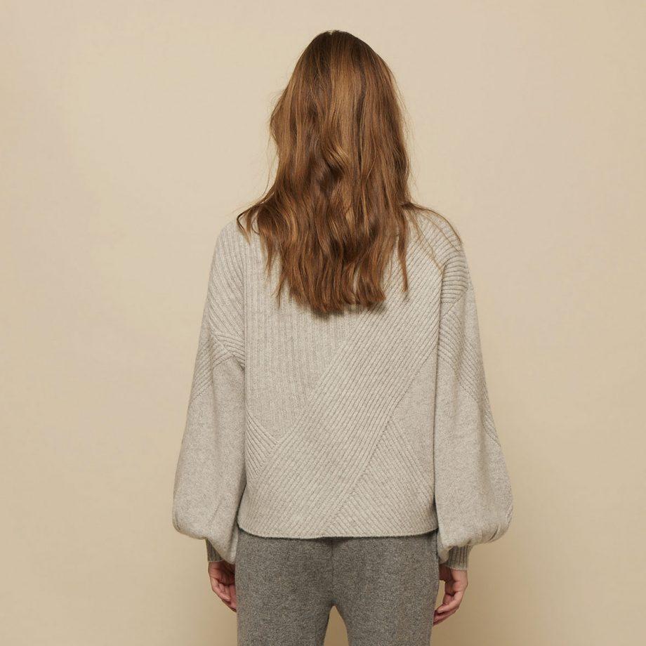 Louise pullover i en flot lysegrå farve fra Wuth Copenhagen i 100% premium cashmere.