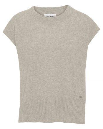 100% premium cashmere vest. Klassisk cashmere vest i klassisk sand farve, som er perfekt over en hvid skjorte eller rullekrave.