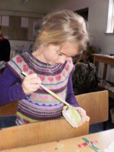 Børn laver RAKU ler i Holmeå Kunstforening