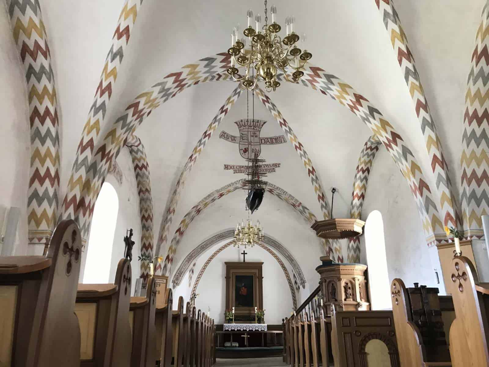 Simmerbølle Kirk tagudsmygning kirkeskib altertavle talerstol