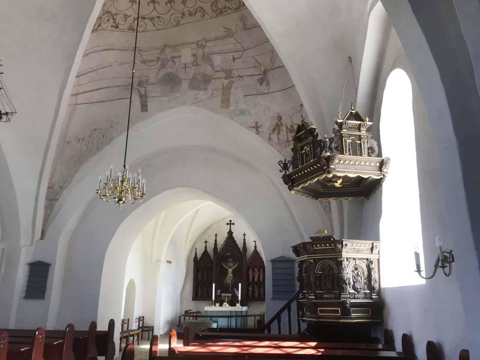 Tullebølle Kirke altertavle talerstol