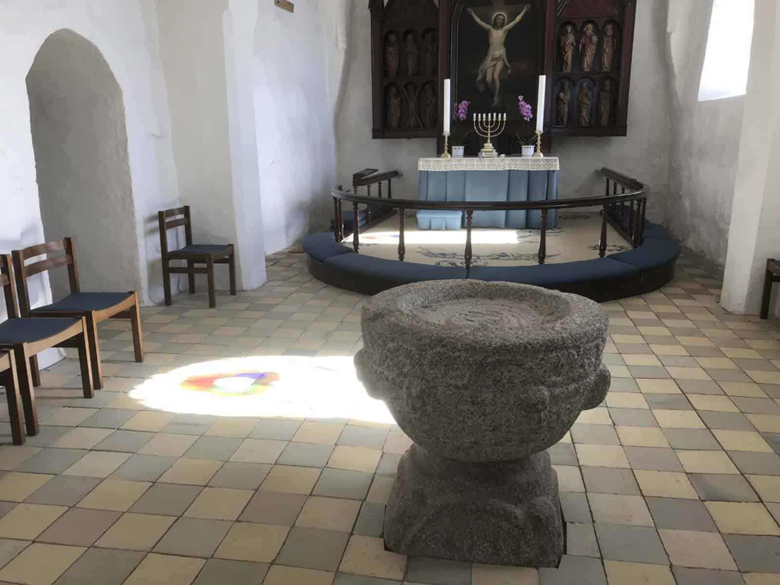 Tullebølle Kirke døbefond altertavle