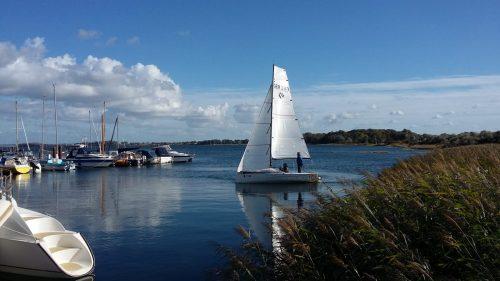 Yacht-Segeln-in-der-Marina-Hohen-Wieschendorf