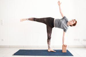 12 ways to use yoga blocks for beginners  yoga with uliana