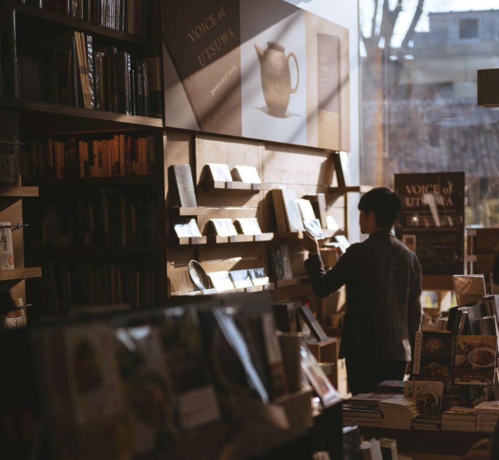 Mann in Buchladen