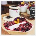 Joghurt und frisches Obst