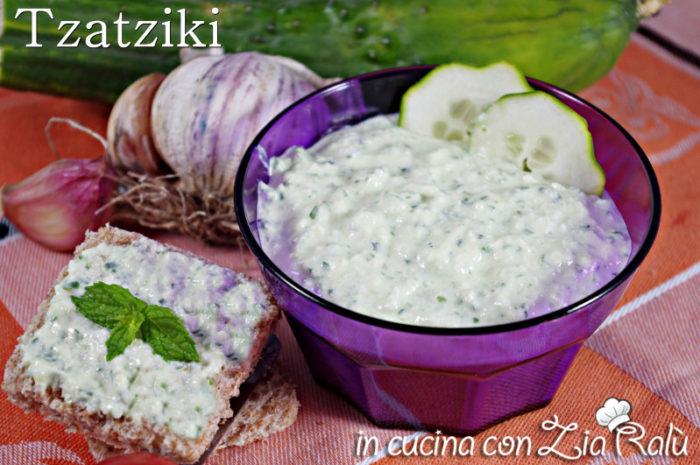 Tzatziki – salsa greca con buccia di cetriolo