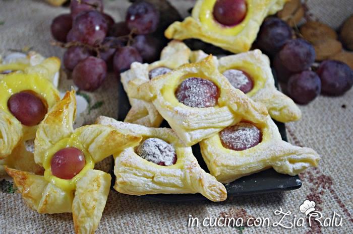Dolci di pasta sfoglia uva e mascarpone