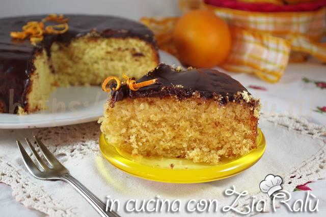 Torta arancia e cocco coperta al cioccolato