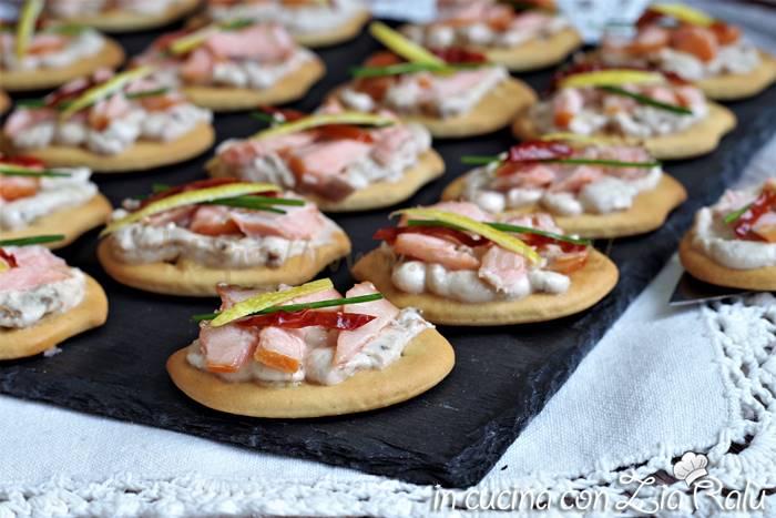 Tartine al salmone e pomodori secchi