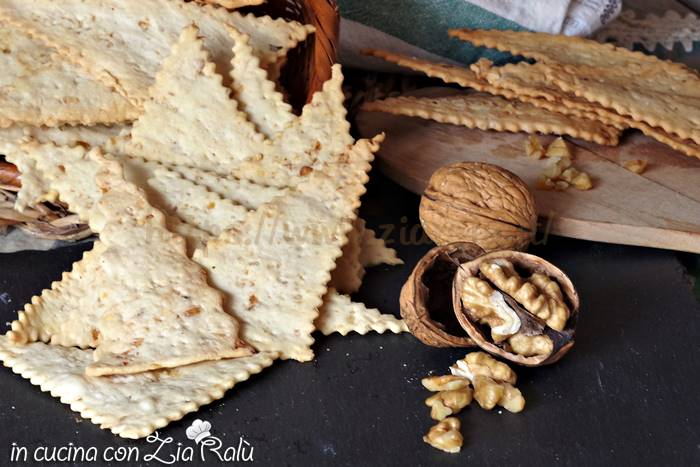 Crackers con le noci croccanti