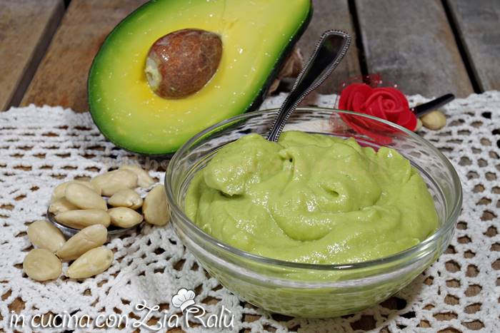 Avocadella alle mandorle – crema all'avocado