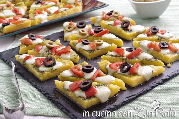 tartine di polenta pesto e pomodorini