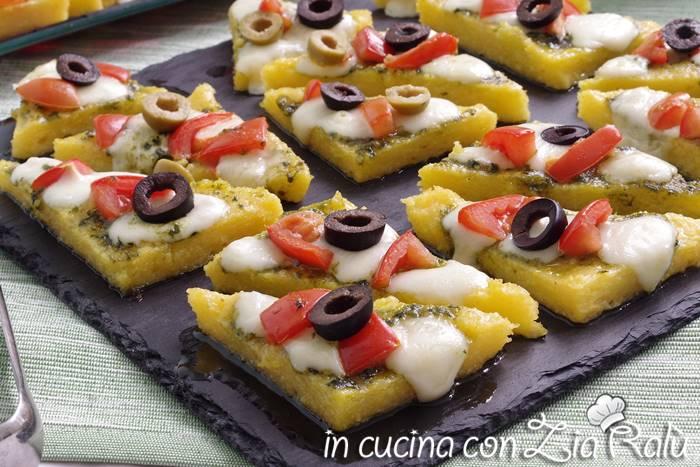 Tartine di polenta pesto e pomdorini