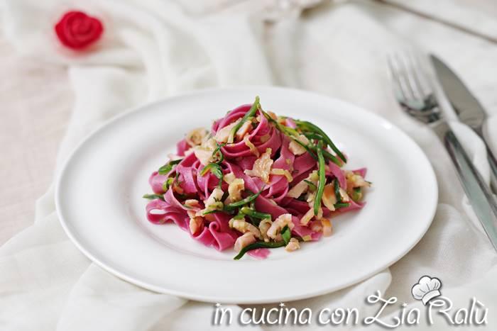 fettuccine viola zucchine e salmone