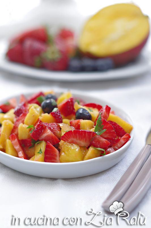 insalata fragole mango e mirtilli