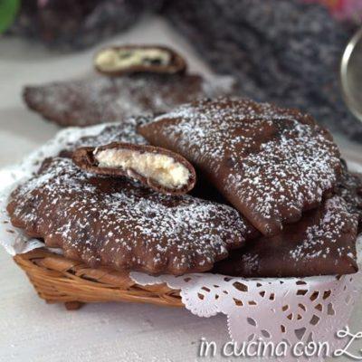 ravioli al cacao ripieni di ricotta fritti
