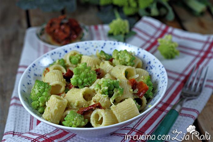 Pasta col broccolo romanesco e pomodori secchi sott'olio