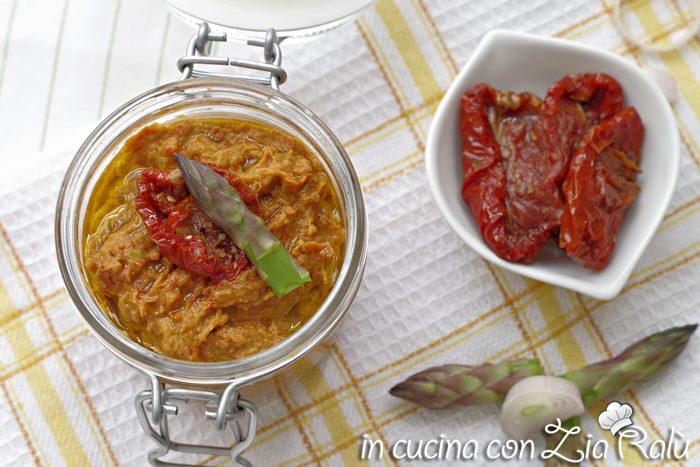 La crema di asparagi e pomodori secchi sott'olio è un condimento ideale per pasta