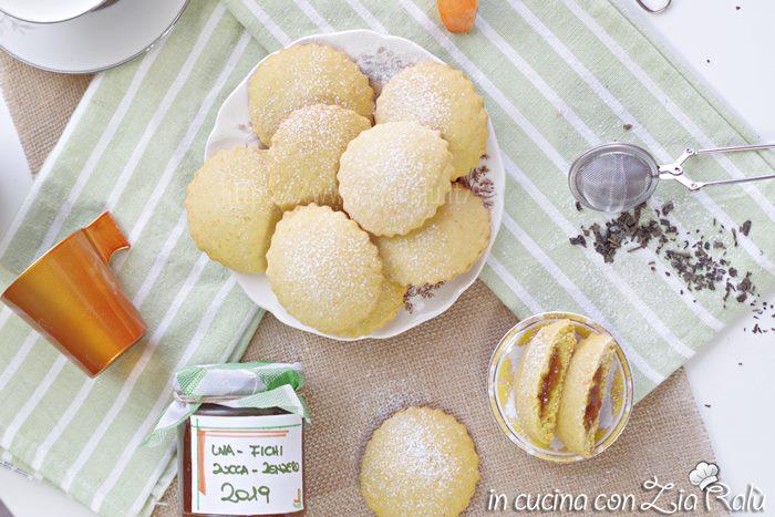 I biscotti alla zucca e confettura sono un dolce composto da pasta frolla preparata con purea di zucca e senza lattosio