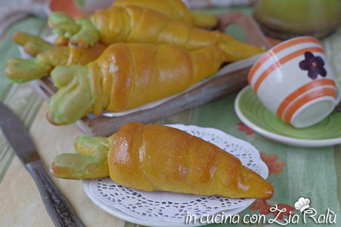 Brioche senza uova a forma di carota