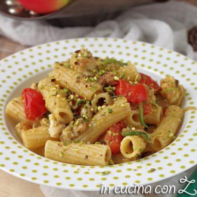 La pasta verdesca zucchine e pistacchi è un primo piatto a base di pesce