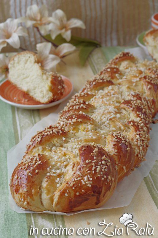 La treccia di pasta lievitata dolce o meglio treccia di pan brioche è un dolce lievitato abbastanza semplice da preparare, ideale per una golosa e soffice colazione o una merenda