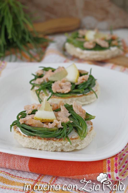 antipasto di crostini agretti e salmone sfizioso e particolare