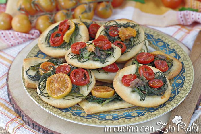 Pizzette agretti acciughe e pomodorini