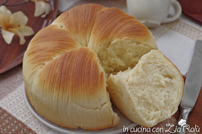 Brioche gomitolo (wool roll bread)