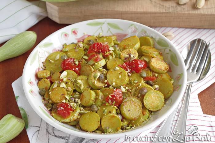 Zucchine trombetta in padella con pomodori e pistacchi