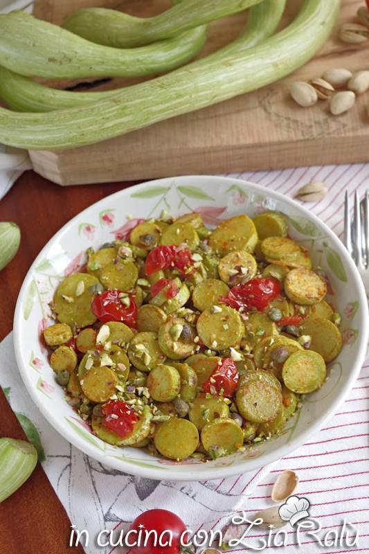 zucchine in padella pomodori pistacchi e capperi