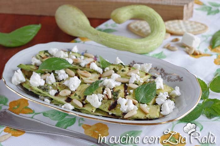 Zucchine trombetta grigliate feta e pinoli