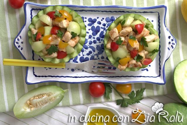 insalata di pollo e verdure nei barattieri