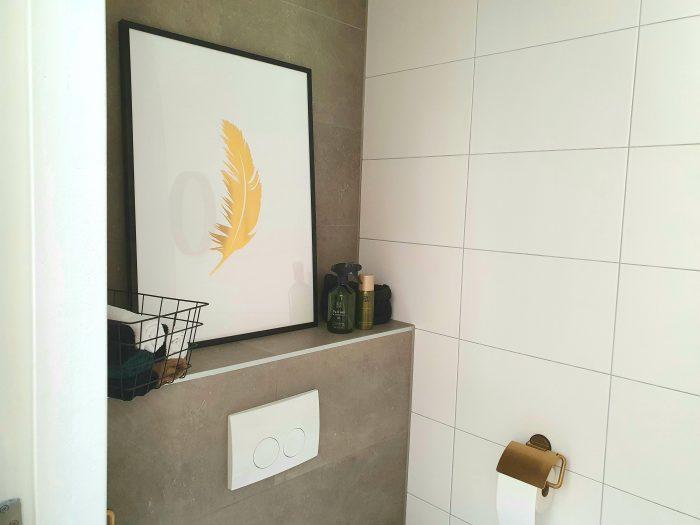 ingelijste poster in de toiletruimte