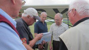 2016-06-25: OY-DYZ ankommer til Nyvang. Poul Eberhardt initiativtager til Flyve-Tjenesten får overrakt papirerne på Zonens ambulance fly. I midten Preben Rebsdorf, Fredericia og flyets pilot
