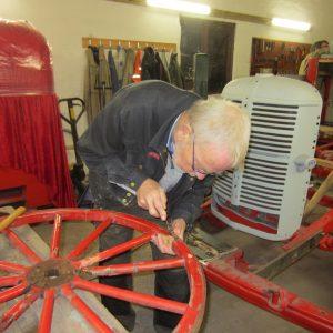 2017-02-23 Peter restaurerer slangevognshjul