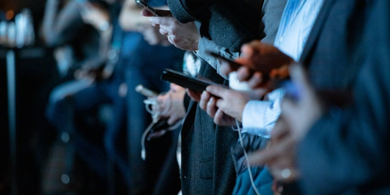 Ongeveer dertien uur per dag op social media