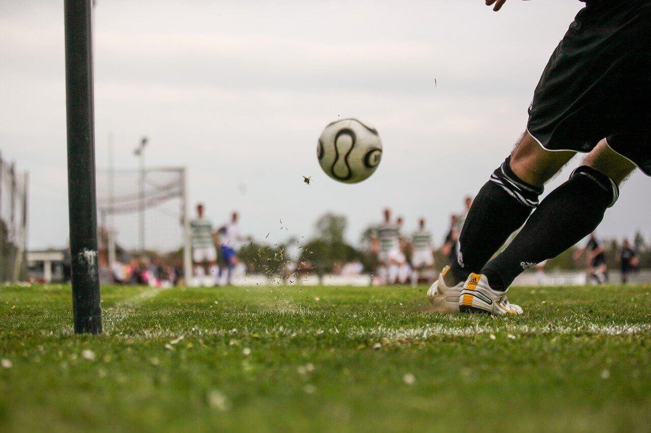 Fotbollsspelare slår en hörna