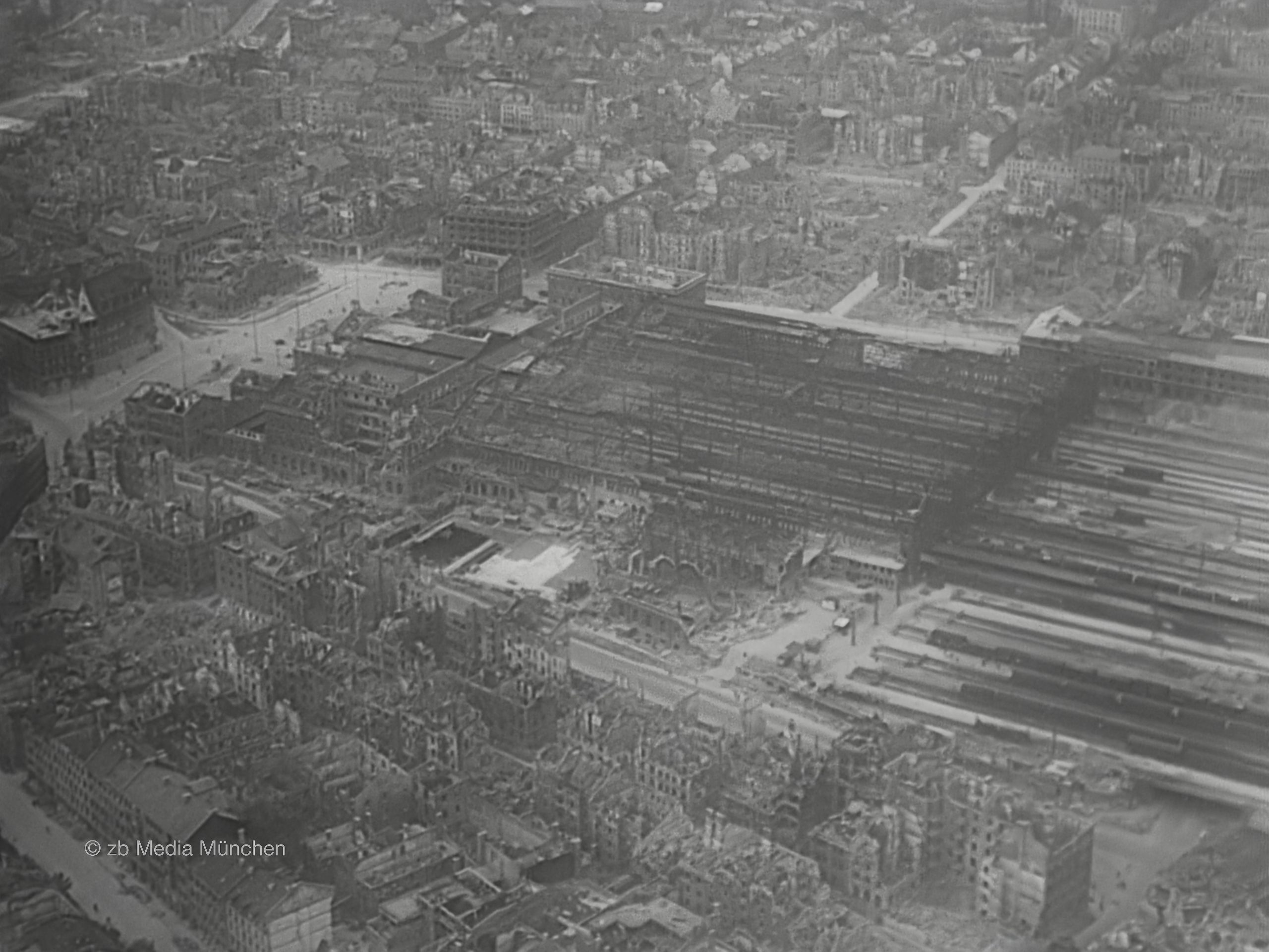 Flugaufnahme Ruinen Hauptbahnhof München 30. April 1945